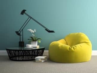Modernes Zimmer mit gelbem Sitzsack